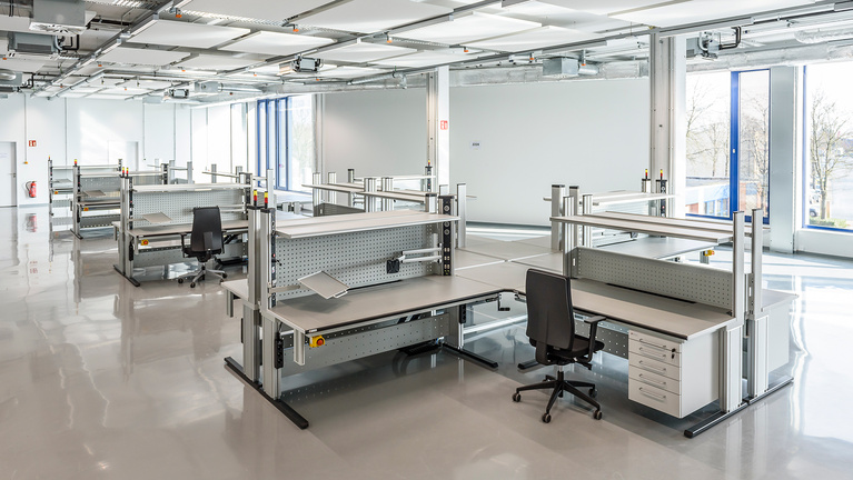 Electrically height-adjustable Primus One® workstations